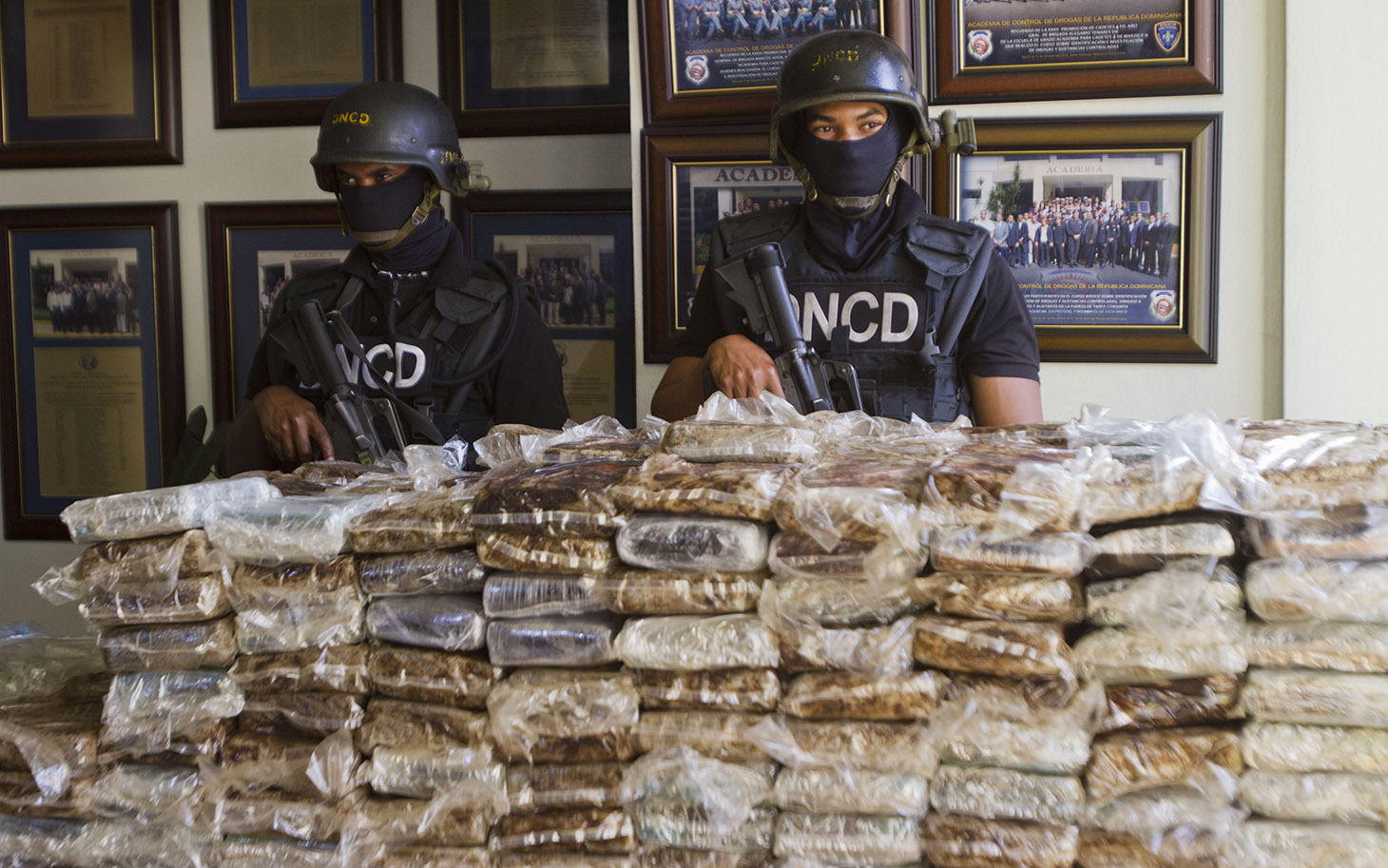 Members+of+a+drug+squad+guard+more+than+700+kilos+of+cocaine+divided+into+682+packages+which+were+seized+during+an+operation%2C+in+Santo+Domingo+on+March+21%2C+2013.