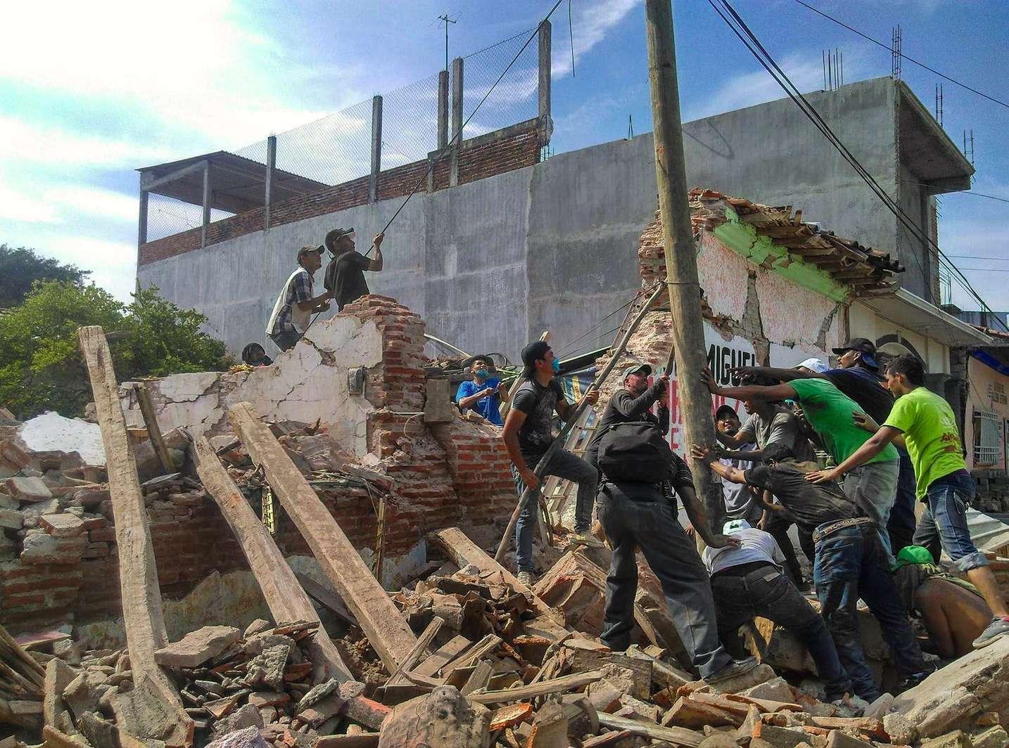 Migrantes centroamericanos ayudan a la reconstrucción de Oaxaca trasterremoto