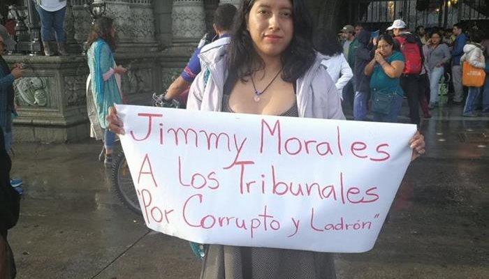 Image result for personas manifestando afuera del palacio nacional en guatemala