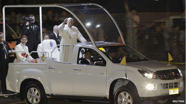 Pope+Francis+riding+the+streets+of+Manila+on+the+PopeMobile